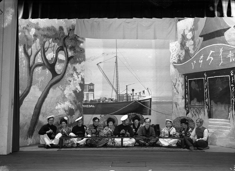 """Enligt fotografens noteringar: """"1936 B11 N:r 46 Skådespel i Folkets Park. Best. af Munkedals Bolag 10x15."""""""