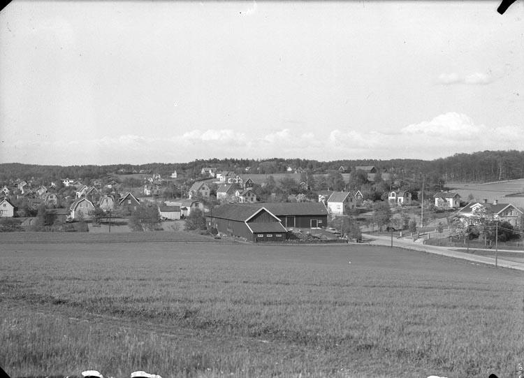 """Enligt fotografens anteckningar: """"1949. Utsikt från Hede berg. Gården Hede i förgrunden""""."""