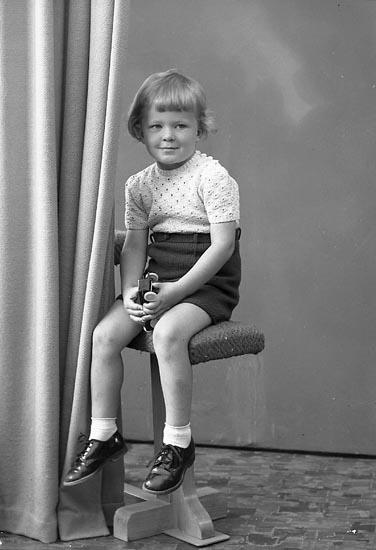 "Enligt fotografens journal nr 7 1944-1950: ""Andersson, Sven adr. Fru Aina A. Här""."