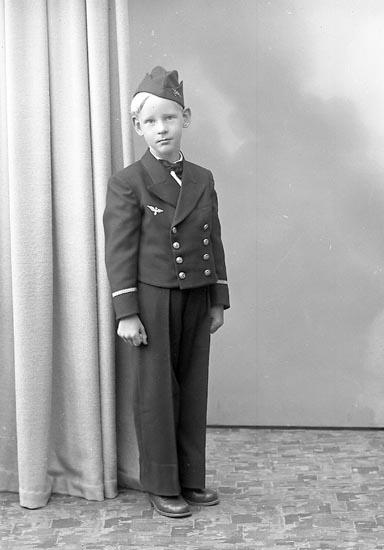 """Enligt fotografens journal nr 7 1944-1950: """"Foss, Thure Stenung Stenungsund""""."""