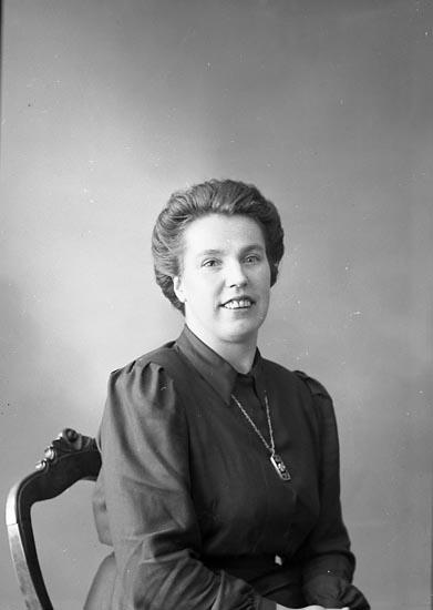 "Enligt fotografens journal nr 7 1944-1950: ""Sjöholm, Fru Margit Stenungsund""."