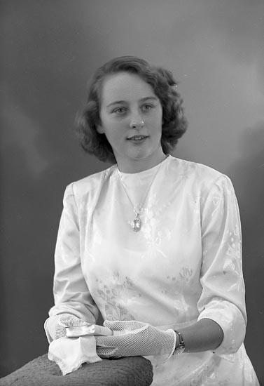 """Enligt fotografens journal nr 8 1951-1957: """"Sunesson, Anita Ö. Bö Svanesund""""."""