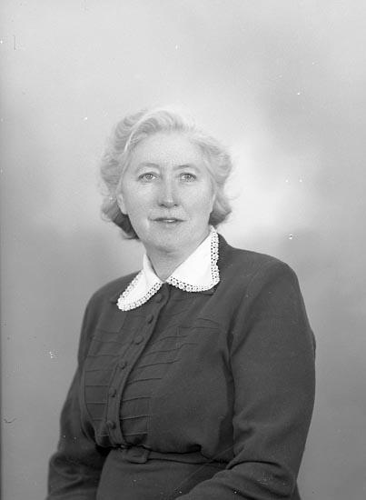 """Enligt fotografens journal nr 8 1951-1957: """"Johansson, Fru Alma Korsgård Ödsmål""""."""