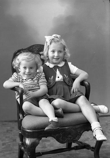 "Enligt fotografens journal nr 7 1944-1951: ""Pettersson, Gerd o Erling Ängås Svanesund""."