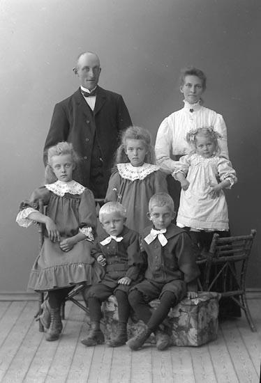 "Enligt fotografens journal nr 2 1909-1915: ""Magnusson, Lars Hussbo, Jörlanda""."