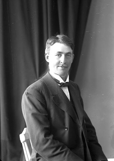 """Enligt fotografens journal nr 3 1916-1917: """"Persson, Arvid Ödsmål""""."""