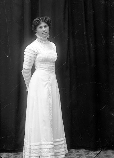 """Enligt fotografens journal Lyckorna 1909-1918: """"Kristensson, Fr. Ida, Ljungskile""""."""