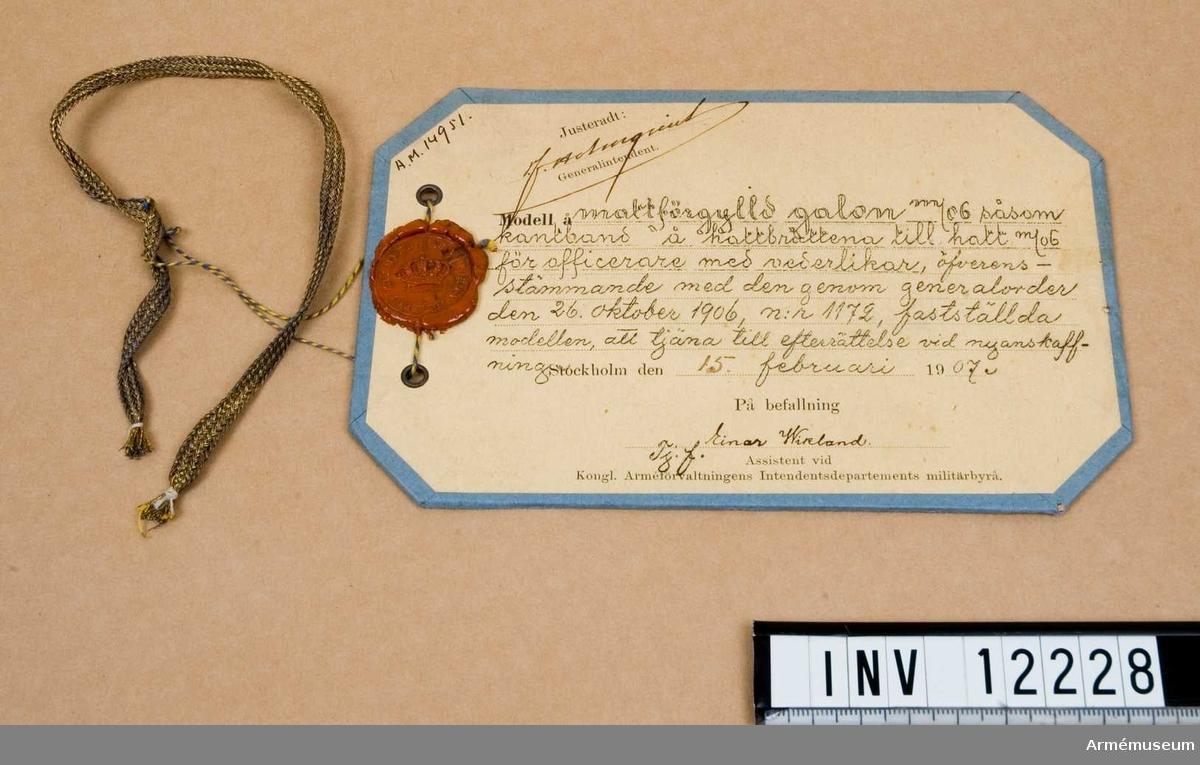 Galon m/1906, off.Mattförgylld fyrkantsgalon. Såsom kantband på brätte t hatt m/1906 f officerare.