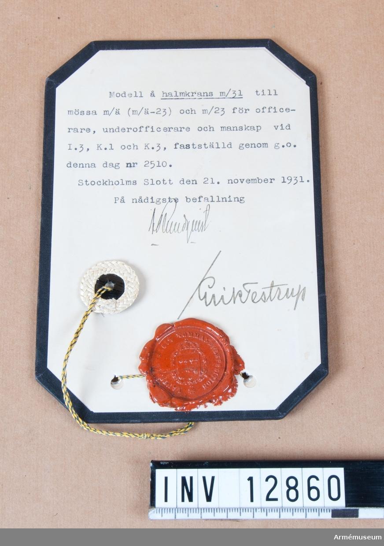 Grupp C I. Modell å halmkrans m/1931 till mössa m/ä (m/ä-1923) och m/1923 för officerare, underofficerare och manskap vid I.3., K.1. och K.3., fastställd genom go nr 2510 den 21. november 1931. Dep från Arméförvaltningens Intendenturdep., modellkammaren.
