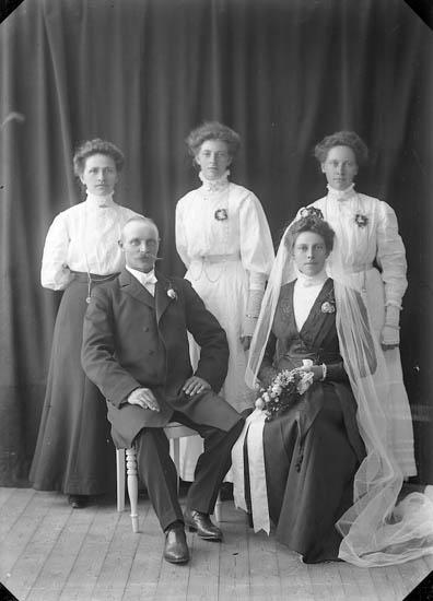 """Enligt fotografens journal nr 2 1909-1915: """"Flykt, Herr Här""""."""