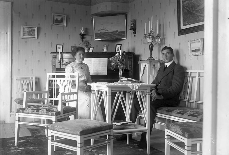 """Enligt fotografens journal nr 2 1909-1915: """"Magnusson, Kapten, int, förmaket Nösnäs""""."""