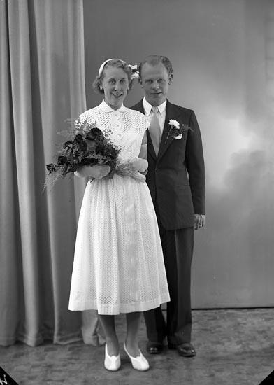 """Enligt fotografens journal nr 8 1951-1957: """"Emanuelsson, Herr K. Stenungsund"""". Enligt fotografens notering: """"Brudparet Karl Emanuelsson, Stenungsund""""."""