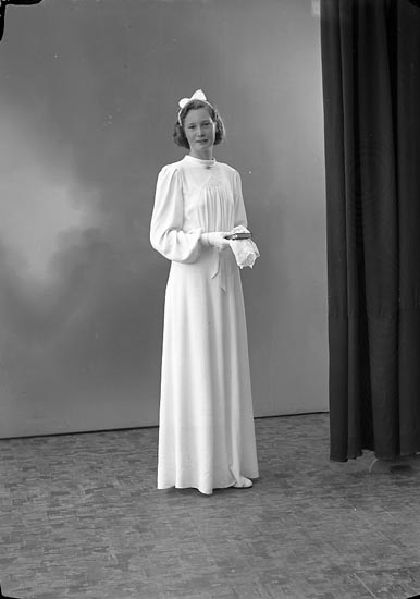 """Enligt fotografens journal nr 6 1930-1943: """"Johansson, Dagny S. Houg Här""""."""