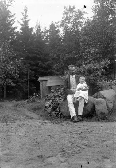 """Enligt fotografens journal nr 1 1904-1908: """"Waldenström, Herr Hellungens förråd""""."""