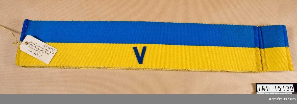 Grupp C I. En av 4 st armbindlar m/1898, för fältpolisen, blå och gula. Märkta V.