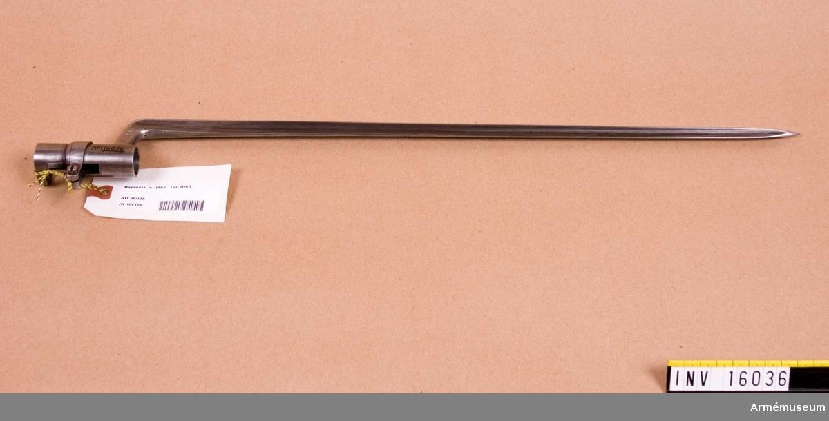 Hylsbajonett m/1867 till gevär m/1867, system Remington. 4-kantig stukatklinga, vinklat klackspår. Hylsan är försedd med låsring. Hylsans innerdiameter: 19,1 mm. Tillv.nr: 11163. Märkt: WA H C.F 1850 FS.
