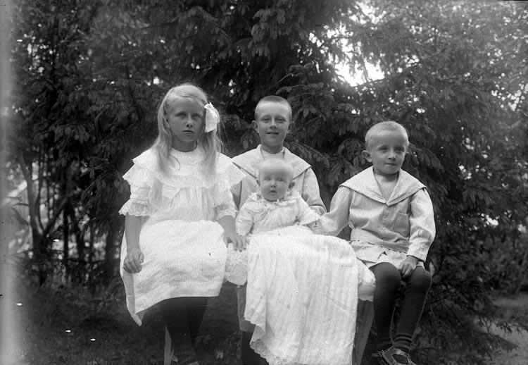 """Enligt fotografens journal nr 2 1909-1915: """"Carlsson, Doktorns barn Jörlanda""""."""