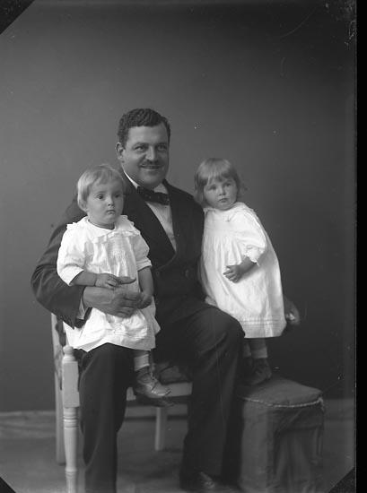 "Enligt fotografens journal nr 2 1909-1915: ""Kock, Herr Bertil Ön""."