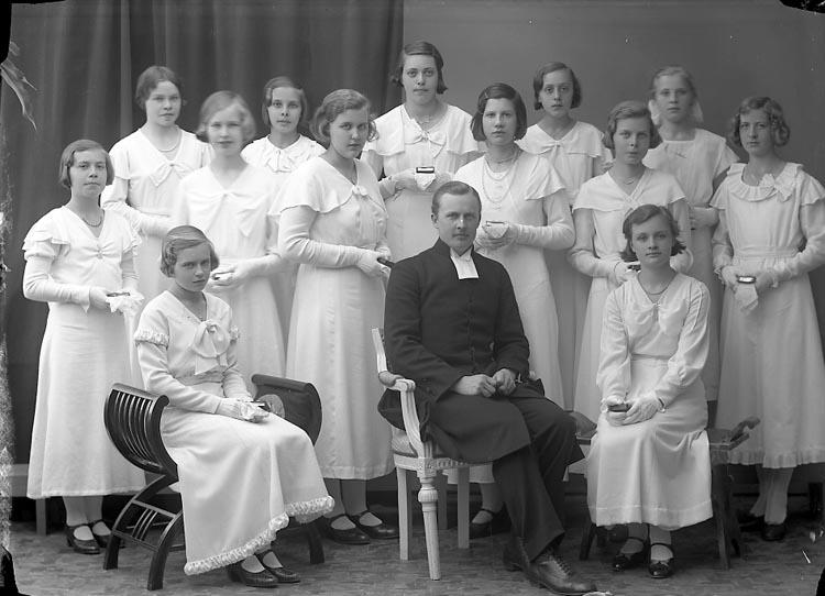 """Enligt fotografens journal nr 6 1930-1943: """"Läsbarnen, Pastor J. Berntsson Norum""""."""