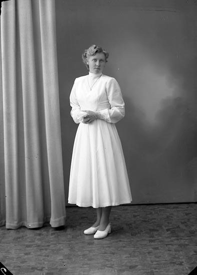 """Enligt fotografens journal nr 8 1951-1957: """"Andersson, Sonja Almesund Hjälteby""""."""