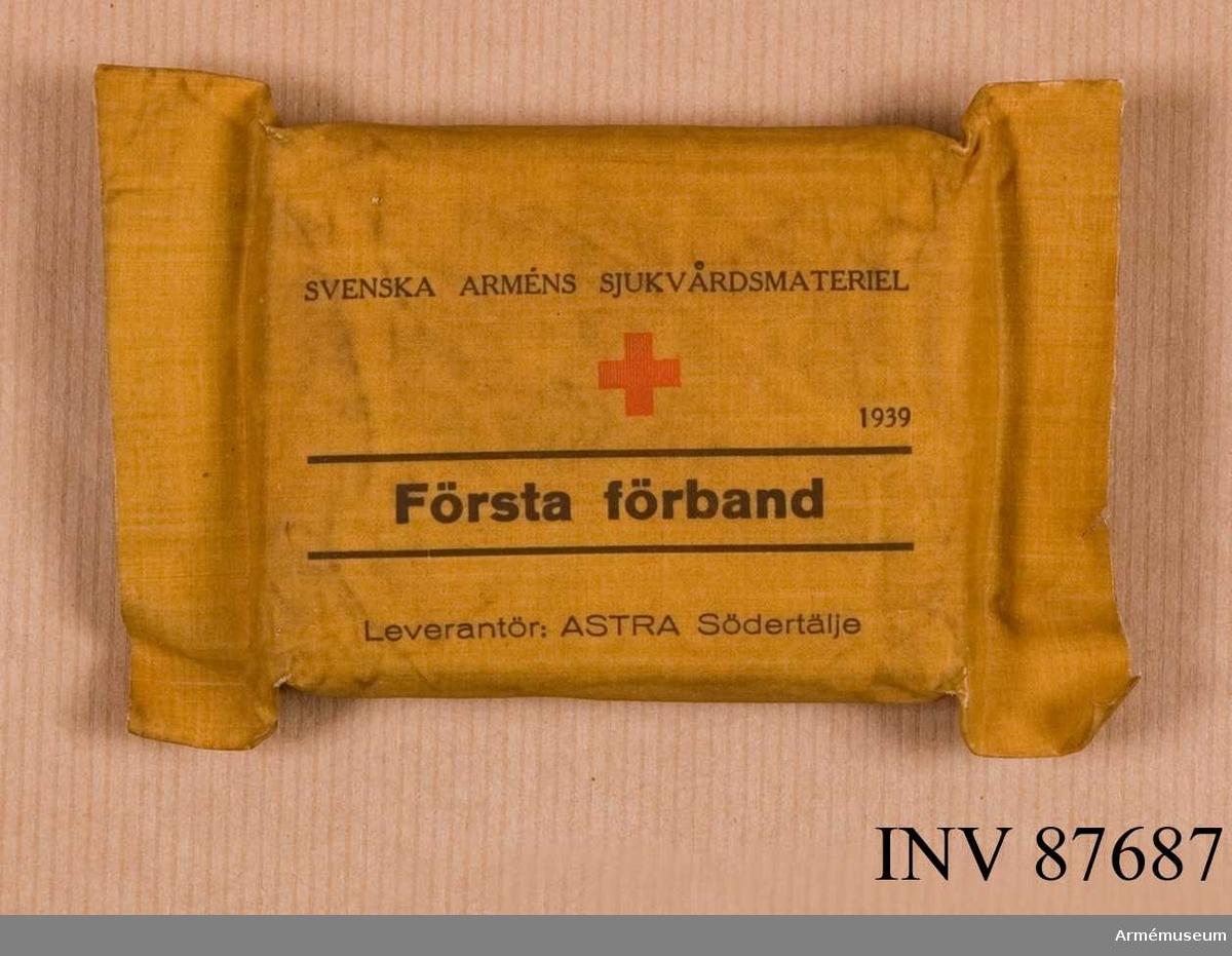 """Grupp I II. Tillverkad av Astra, Södertälje. Tillverkad år 1939. Svenska arméns sjukvårdsmateriel. """"Första förband"""" (m/28) i vattentätt tygomslag med anvisning om hur förbandet öppnas.""""Första förband"""" tillhör svenska arméns sjukvårdsmateriel och levererades av firma Astra, Södertälje. År 1939."""