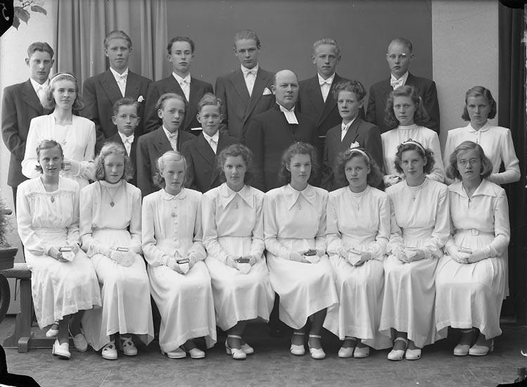 "Enligt fotografens journal nr 7 1944-1950: ""Norums Konfirmander Här"". Enligt fotografens notering: ""Norums konfirmander. Pastor Hjalmarsson, Stenungsund""."