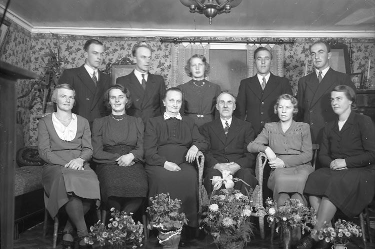 "Enligt fotografens journal nr 7 1944-1950: ""Svensson, Herr Hilde, Valla Jäger""."