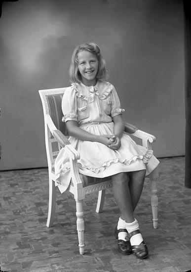 """Enligt fotografens journal nr 7 1944-1950: """"Lundstedt, Solveig Järnklätt Här""""."""