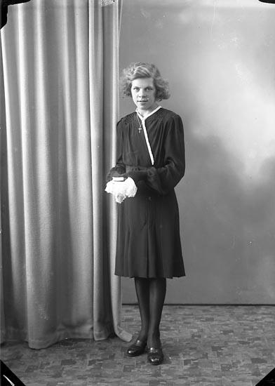 "Enligt fotografens journal nr 7 1944-1950: ""Axelsson, Anna Grössby Ucklum""."