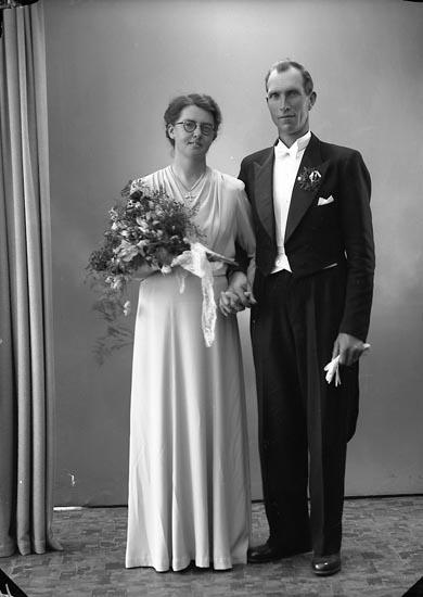 """Enligt fotografens journal nr 7 1944-1950: """"Franck - Helgesson, Brudp. Ödsmål""""."""