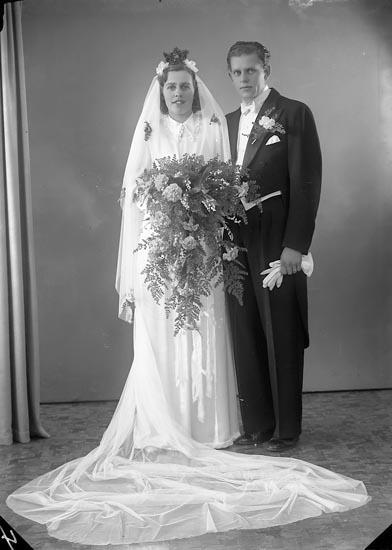 """Enligt fotografens journal nr 7 1944-1950: """"Johnsson, Brudpar, Källarmästare Här""""."""