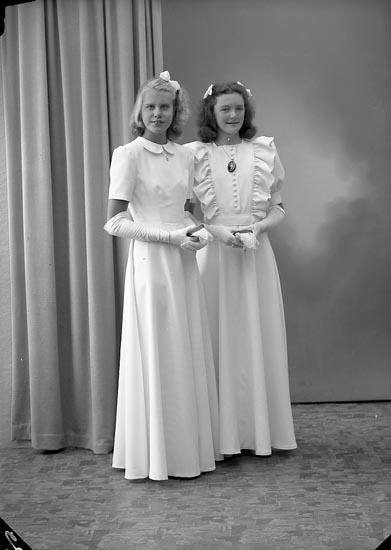 "Enligt fotografens journal nr 7 1944-1950: ""Strandberg, Fr. Birgit Här"". Enligt fotografens notering: ""Birgit S. o Ingela Wahlström, Stenungsund""."