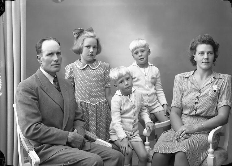 """Enligt fotografens journal nr 7 1944-1950: """"Olsson, Herr Frithiof Varekilsnäs Varekil""""."""