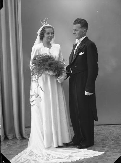 """Enligt fotografens journal nr 7 1944-1950: """"Wallström, Brudp. Lennart Ödsmål""""."""