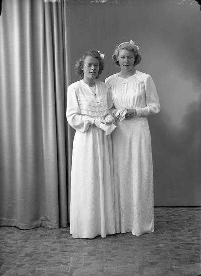 """Enligt fotografens journal nr 7 1944-1950: """"Martinsson, Lilly Hagalund Ödsmål o AnnBritt Gunnarsson Lasshammar""""."""