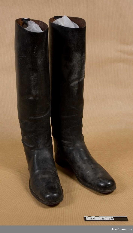 Grupp C I. Ur uniform m/1866 för officer, premiärlöjtnant, vid 1., 2. eller 4. Husarreg, Blå kavalleriet, Holland.