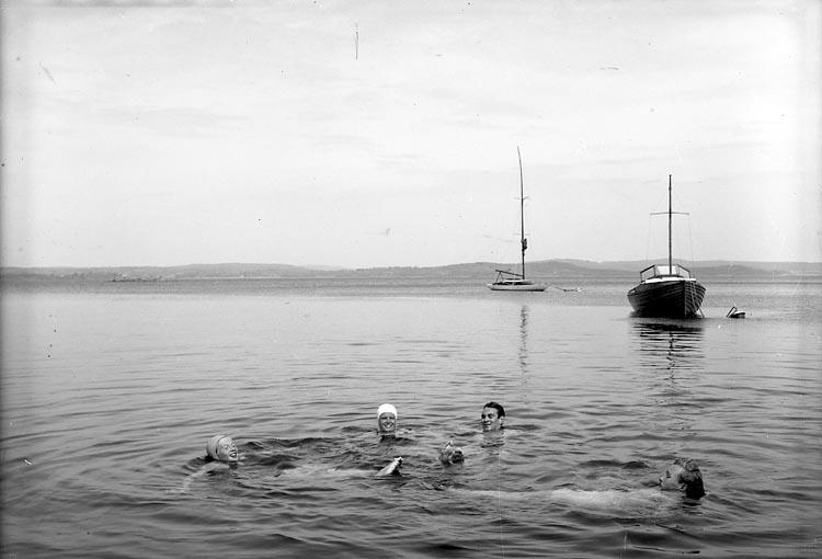 """Enligt fotografens journal nr 7 1944-1950: """"Melander, Kyrkoherde m.fl. St. Askerön""""."""