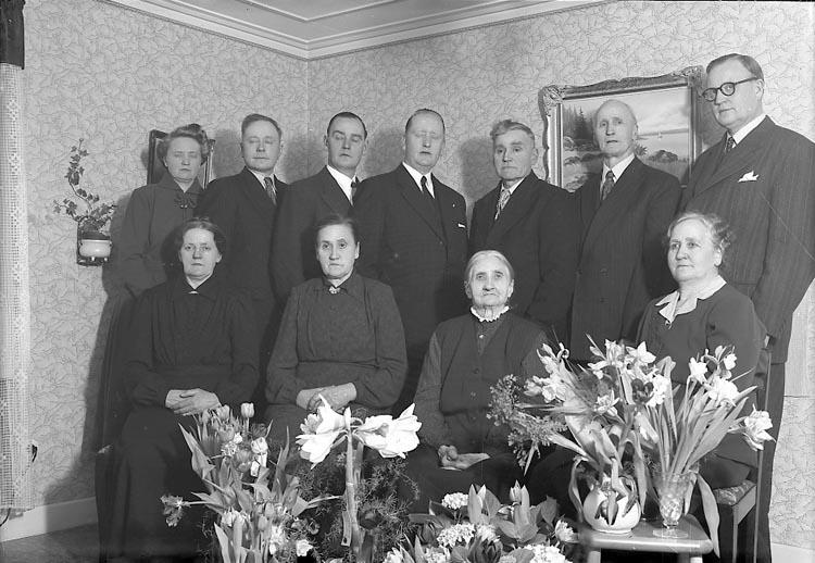 """Enligt fotografens journal nr 7 1944-1950: """"Larsson, Fjärdingsman Arvid Jörlanda 90 årsdag""""."""