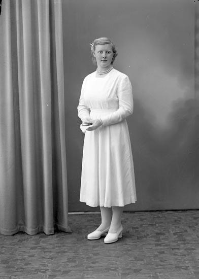 "Enligt fotografens journal nr 7 1944-1950: ""Petrusson, Eivor Grössby Ucklum""."
