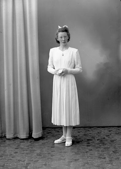 """Enligt fotografens journal nr 8 1951-1957: """"Gunnarsson, Karin, Övra Röra, Spekeröd""""."""