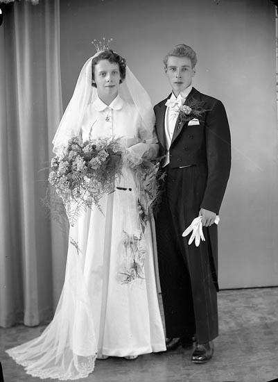 "Enligt fotografens journal nr 8 1951-1957: ""Hansson, Herr Rune Nedergård Ucklum""."