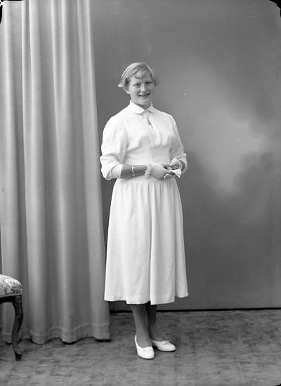 """Enligt fotografens journal nr 8 1951-1957: """"Karlsson, Ruth Prästgården, Spekeröd""""."""