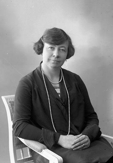 """Enligt fotografens journal nr 5 1923-1929: """"Larsén, Fru Karin Ranängsg. 12 Gbg""""."""