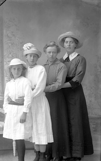 "Enligt fotografens journal Lyckorna 1909-1918: ""Johansson, Anna Ljung L-na""."