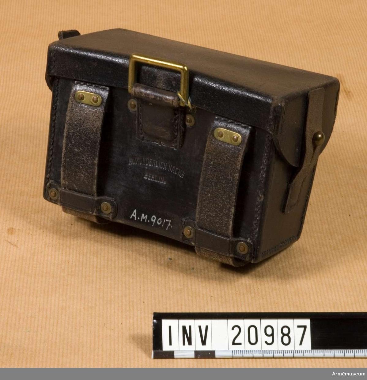 Patronväska för menig vid linjeinfanteri utom grenadjärer. Grupp C I.  Av svart läder. Till mausergevär m/1871, kaliber 11 mm, för 45 patroner.  LOCK som stängs på sidorna med två mässingsknappar.  VÄSKA har på sidorna två läderbitar med knapphål för till- stängningen och på baksidan finns två hylsor av samma läder för att fästa den vid livrem och en mässingsring för att koppla tornistremmar. Inuti väskan finns ett bomullsband och två läderbitar för att hålla patronerna i ordning.