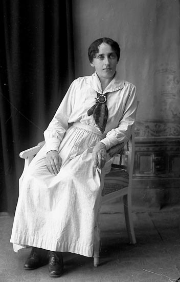 """Enligt fotografens journal Lyckorna 1909-1918: """"Fr. Hulda Sahlsten Badhotellet Här""""."""