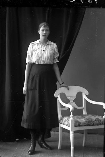 """Enligt fotografens journal nr 4 1918-1922: """"Palm, Ingrid Grössbacke, Spekeröd""""."""
