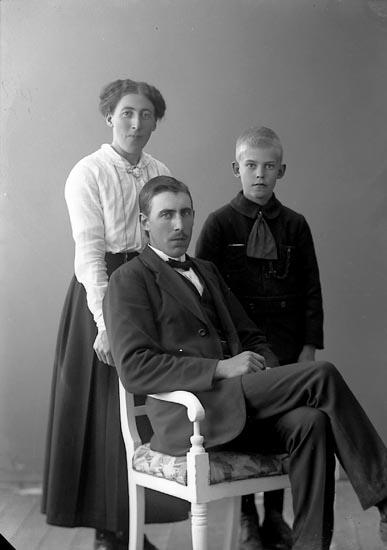"""Enligt fotografens journal nr 4 1918-1922: """"Olsson, Edit Gunnarsbo, Varekil""""."""