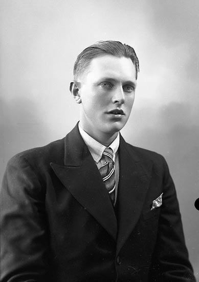 """Enligt fotografens journal nr 6 1930-1943: """"Myhrén John Kyrkenorum Här""""."""