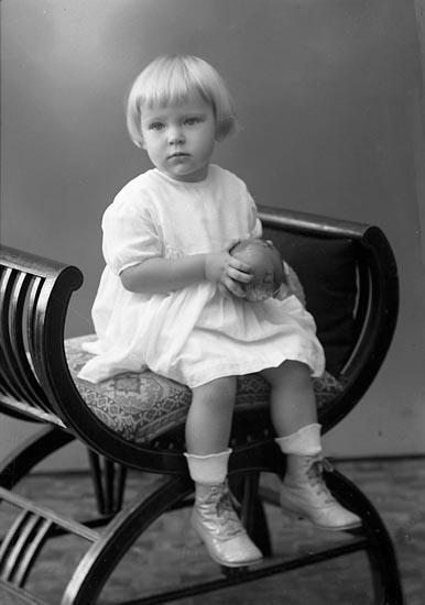 """Enligt fotografens journal nr 6 1930-1943: """"Rutgersson, Karl Strandnorum Stenungsund""""."""